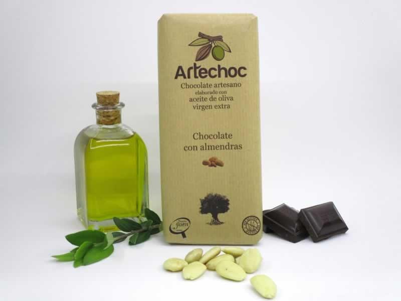 Tableta de chocolate negro artesano con aceite de oliva virgen extra (AOVE) y almendras. Sin gluten. Artechoc. Baeza, Jaén