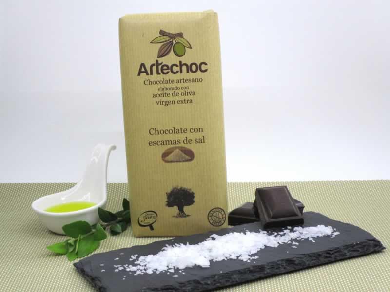 Tableta de chocolate negro artesano con aceite de oliva virgen extra (AOVE) con escamas de sal. Sin gluten. Artechoc. Baeza