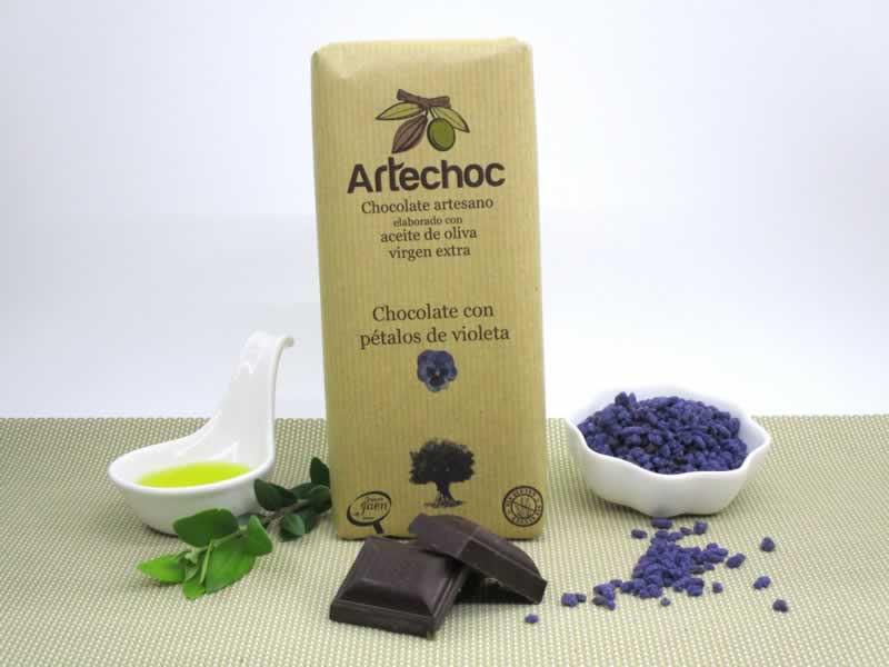 Tableta de chocolate negro artesano con aceite de oliva virgen extra (AOVE) con pétalos de violeta. Sin gluten. Artechoc