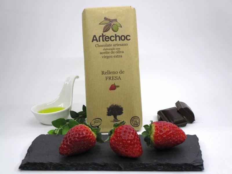 Tableta de chocolate artesano con aceite de oliva virgen extra (AOVE) relleno de crema de fresa. Sin gluten. Artechoc