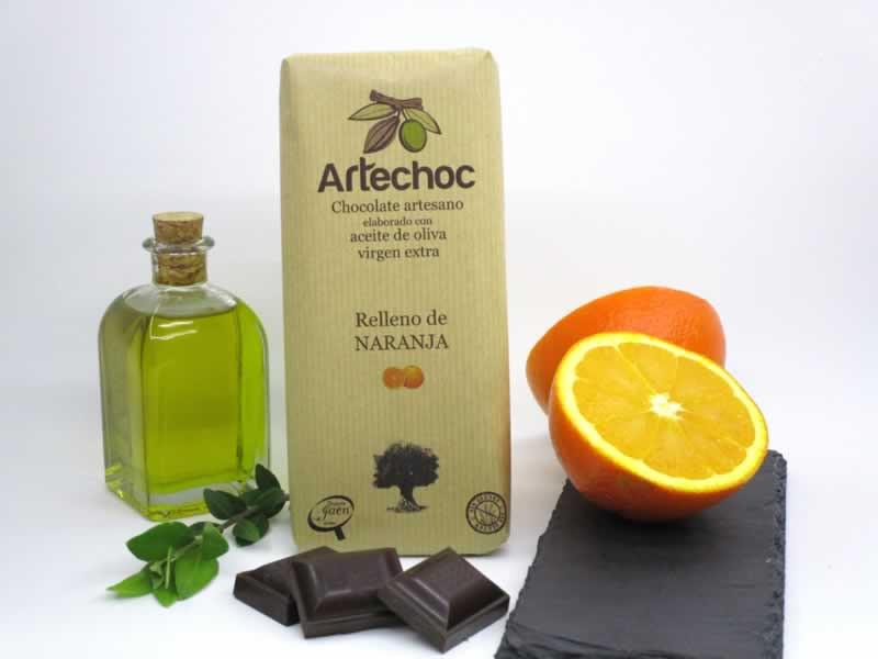 Chocolate negro artesano con aceite de oliva virgen extra (AOVE) y relleno de crema de naranja. Sin gluten